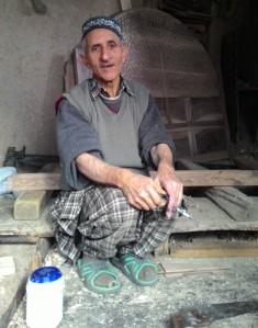 artisans of kashmir, kashmir artisans, walnut wood, walnut wood craft, crafts of kashmir, kashmir crafts, kashmir arts, kashmir, walnut wood, walnut wood décor, walnut wood bed, ghulam ahamd najar, najar, imtiyaz ahamd najar, walnut wood artisans,