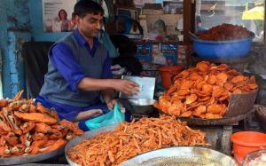 Kashmir street food, kashmir food, street food kashmir, kashmir snacks, kashmiri fish, fish snack, gadde monjje